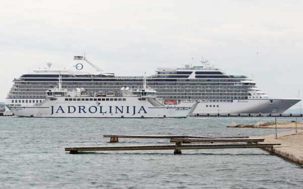 Zadar, 240815. U luku Gazenica danas je pristao 260 metara dug kruzer Riviera. Na fotografiji: kruzer Riviera i u prvom planu trajekt Jadrolinije, Juraj Dalmatinac. Foto: Jure Miskovic / CROPIX