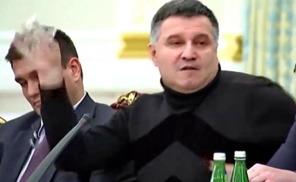 Arsen Avakov, čaša vode